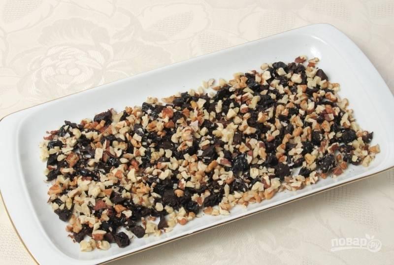 А теперь соберите салат. Первым слоем уложите орехи с черносливом.