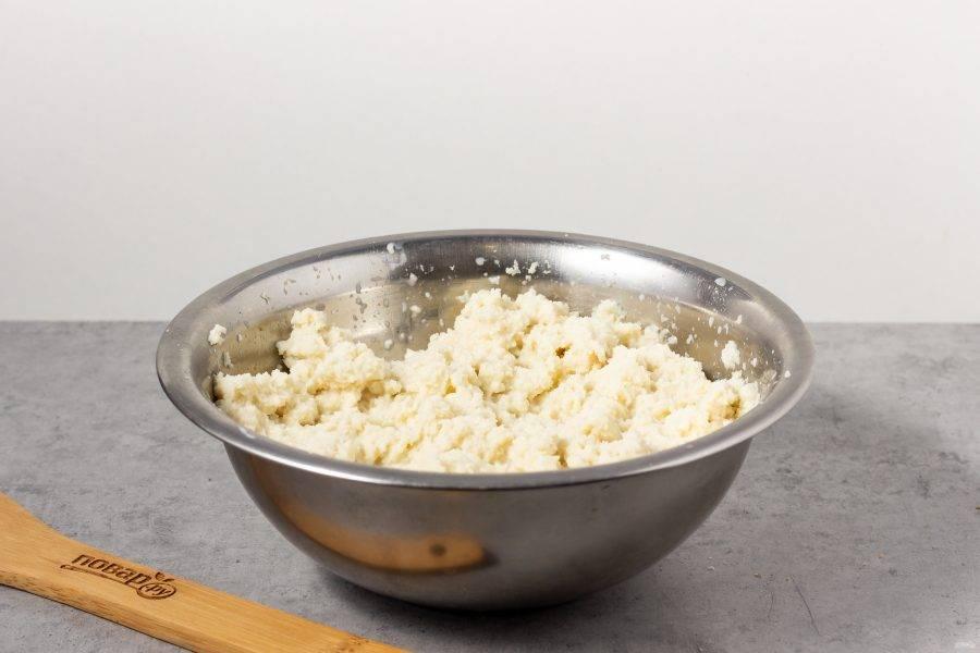 Хлеб без корки разделите на кусочки и замочите в молоке.