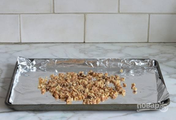 1. Для начала орехи измельчите до небольших кусочков и выложите на противень с фольгой. Потом отправьте их в духовку на 13 минут при 160 градусах.