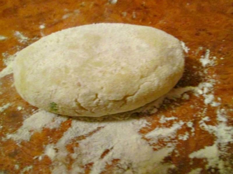Делаем продолговатые пирожки обваливаем их в муке и обжариваем на растительном масле с двух сторон.