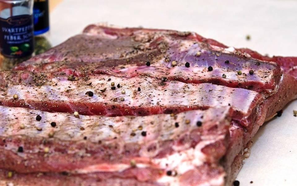 Кусок мяса хорошенько солим и перчим. Не поленитесь и хорошо посолите и поперчите все места надрезов, чтобы мясо идеально пропиталось солью. Посолив и поперчив мясо, кладем его в холодильник на сутки - только в таком случае мясо действительно хорошо пропитается.