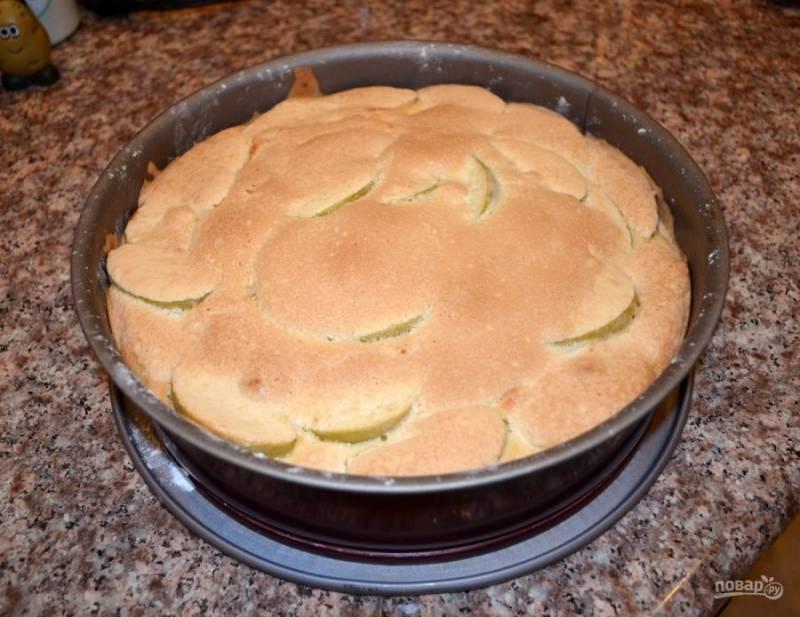 5.Отправьте в разогретую до 200 градусов духовку на 25 минут. Когда пирог станет румяным, он готов. Его можно доставать из духовки.