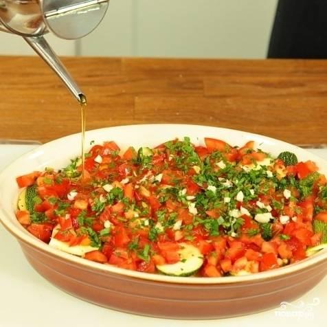 Верхним слоем должен быть слой помидоров. Солим и перчим сверху и заливаем оливковым маслом.