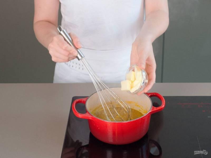Потом влейте к соусу бульон. Варите его ещё 3-5 минут. Далее добавьте ликёр и оставшееся сливочное масло. А также всыпьте соль и перец. Быстро перемешайте соус.