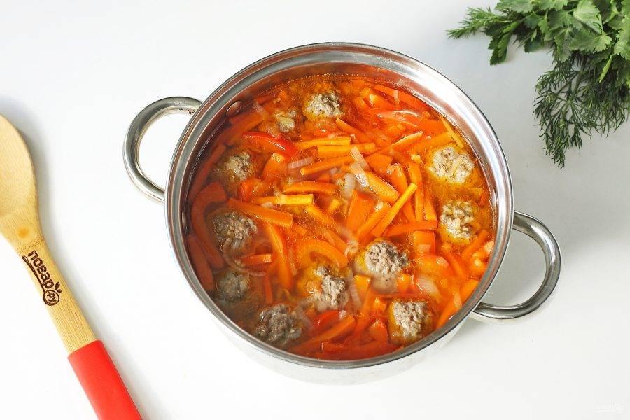 После закипания добавьте фрикадельки, варите все вместе до полной готовности всех ингредиентов.