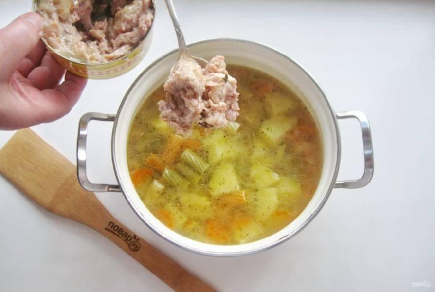 Когда все ингредиенты будут готовы, выложите консервы в суп. Посолите его по вкусу.