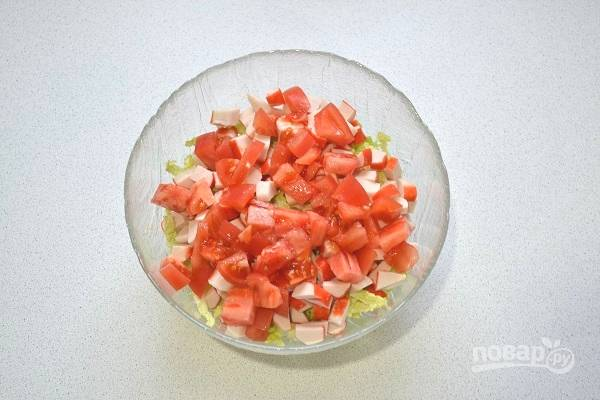4. Вымойте, обсушите и измельчите помидор.