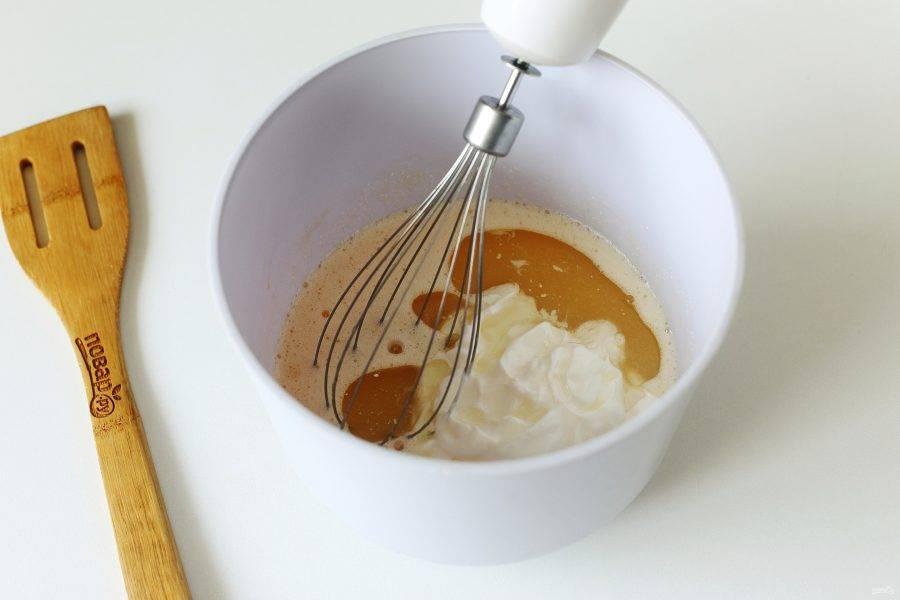 Добавьте сметану и растительное масло.