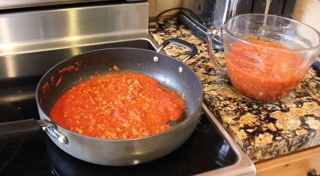 4. Томатный соус лучше приготовить из свежих помидоров, измельчив их в блендере со специями. Добавить соус на сковороду к мясу и тушить на медленном огне до готовности. Для более насыщенного цвета можно добавить немного томатной пасты.
