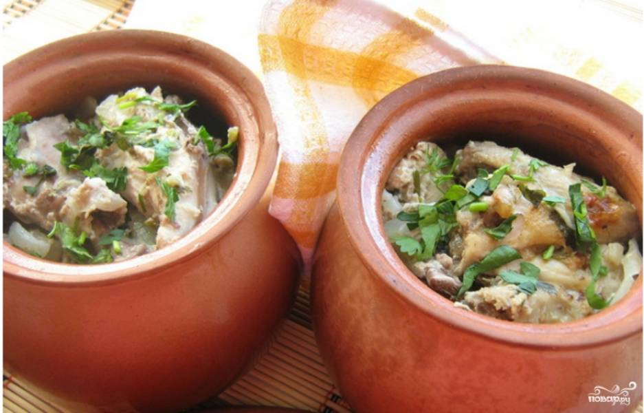 3.Готовое мясо достаем из духовки и посыпаем рубленой зеленью, подаем блюдо обязательно горячим. Приятного аппетита!
