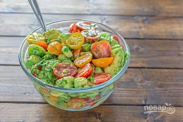 Салат перемешайте. Добавьте в него соль и перец по вкусу. Приятного аппетита!
