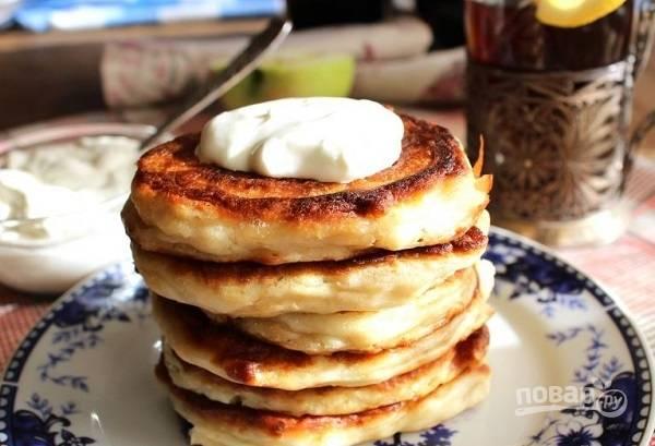 5. Выкладывайте ложкой тесто на сковороду и жарьте оладьи под крышкой до румяности с двух сторон. Приятного чаепития!