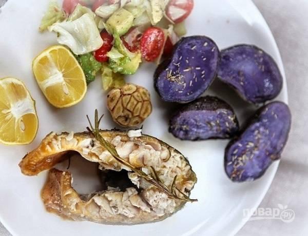 Если у вас есть большое блюдо, осетра можно подать к столу целым и нарезать при гостях. А лучше разрезать на противне и подавать с картофелем и салатом.