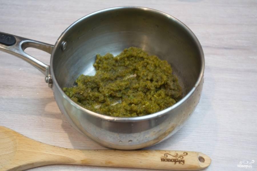 Острый жгучий зеленый и болгарский перец пропустите через мясорубку. Болгарский перец не обязательно должен быть зеленого цвета.
