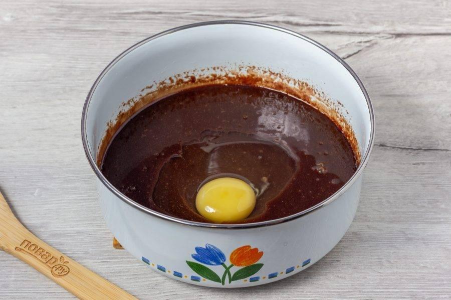 Скорлупу яйца тщательно помойте с содой под теплой водой, так как будем использовать его в сыром виде. Массу охладите, добавьте яйцо и перемешайте.
