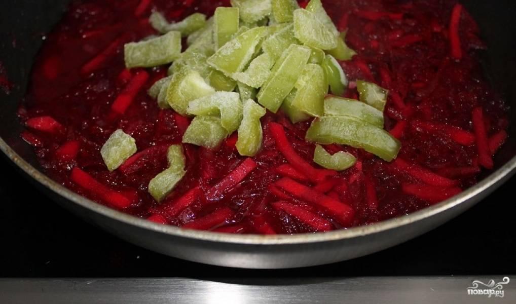 9. Перец нарежьте кубиками и добавляйте в сковороду к зажарке. Помешайте и потушите еще пару минут.