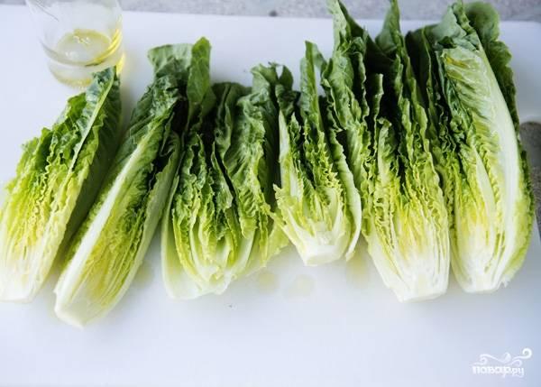 8. Вымойте и обсушите салат. Можно нарезать его кубиками или оставить вот такими крупными листами. Если есть желание, можете слегка обжарить листья на гриле.