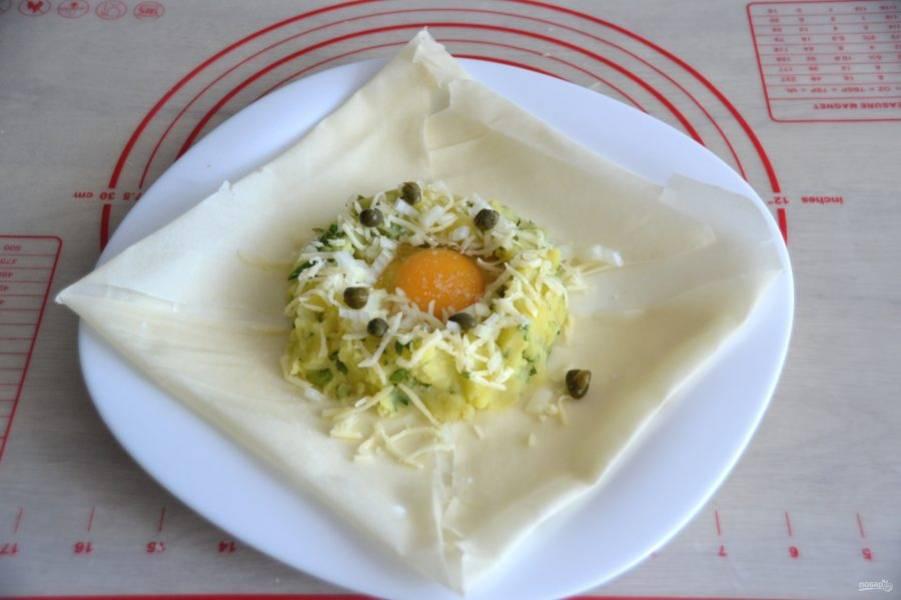 Добавьте на пюре мелко нарезанный репчатый лук, посыпьте тертым сыром, выложите по 7-8 каперсов.