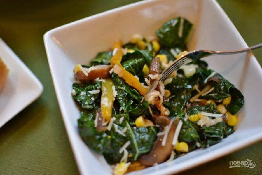 В салат добавьте соль и перец. Украсьте его сыром. Приятного аппетита!