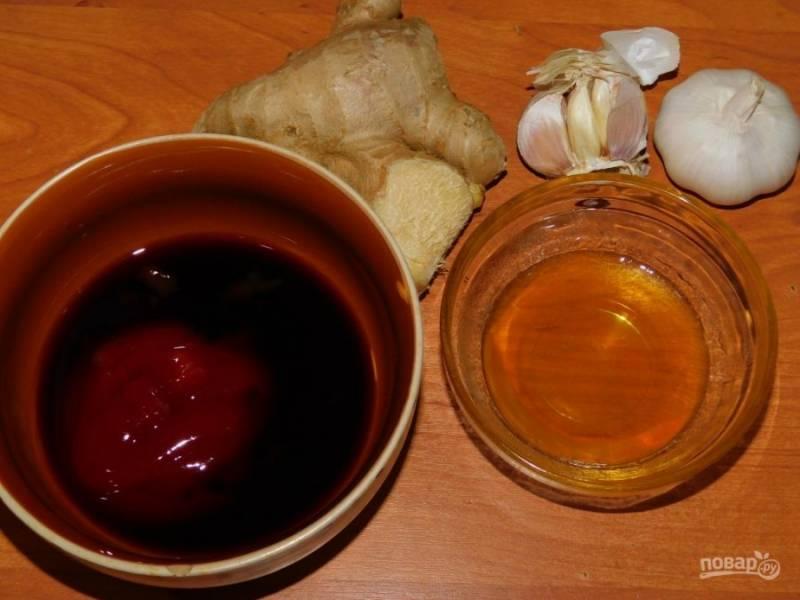 Для соуса смешайте мед, соевый соус, кетчуп. Добавьте мелко  натертый имбирь и измельченный чеснок.