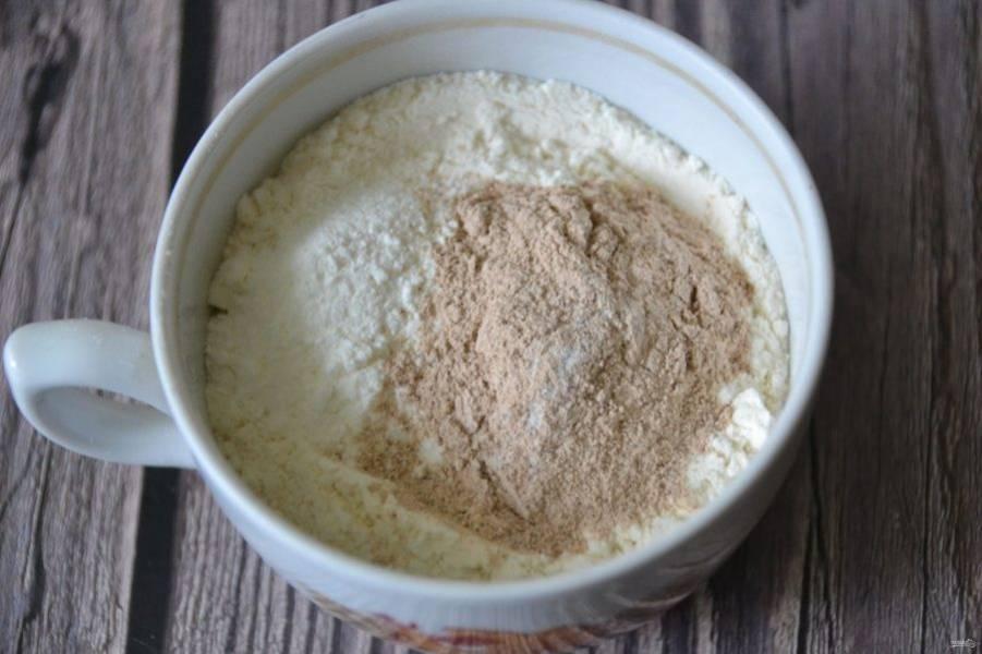 В муку добавьте разрыхлитель, ваниль и корицу, всыпьте эту смесь к яйцам и снова взбейте.