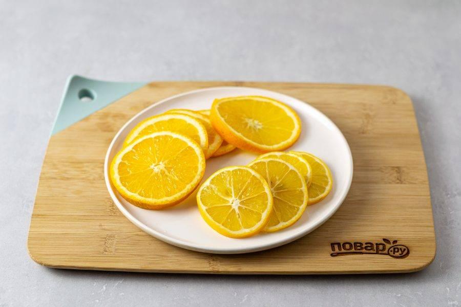 Лимоны и апельсин нарежьте кружочками.