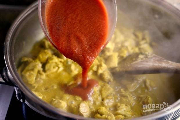 7. Потом влейте помидоры и всыпьте соль. Тушите ингредиенты 20 минут на среднем огне.