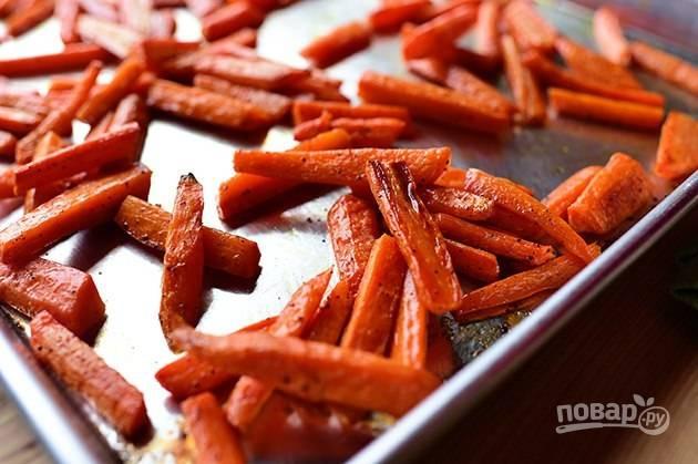 3. Отправьте противень в разогретую до 20 градусов духовку и запекайте морковь в течение 15 минут.