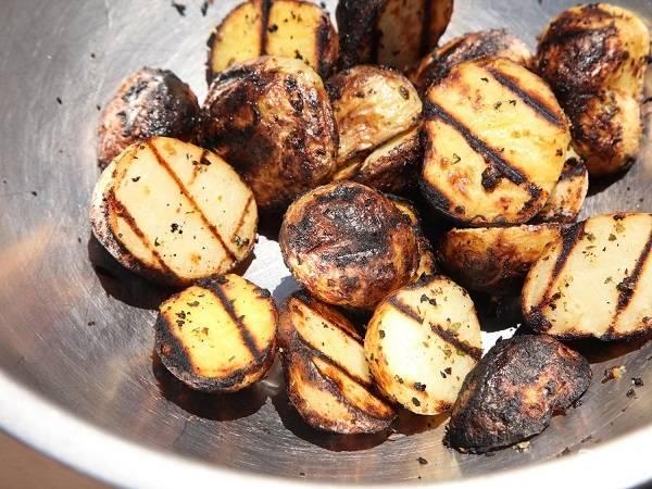 6. Готовый картофель снимите и переложите в глубокую мисочку.