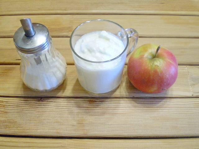 1. Приготовим продукты. Кефир у меня домашний, натурального сквашивания. Яблоко сладкое, сочное.