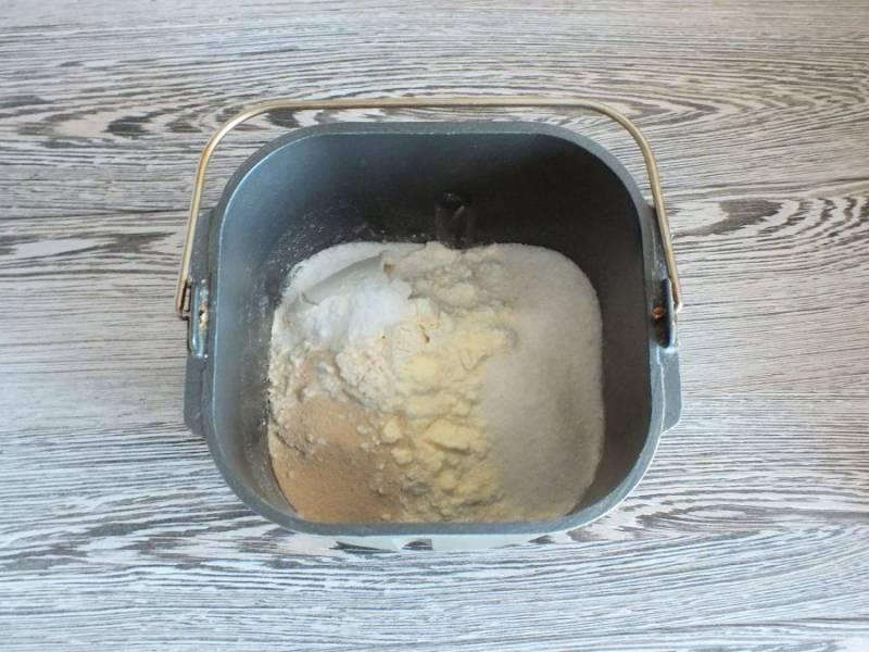 Возьмите ведерко хлебопечки, и заложите продукты согласно вашей инструкции. В моем случае, сначала идут жидкие ингредиенты. Потом сухие: мука, сахар, соль, дрожжи.