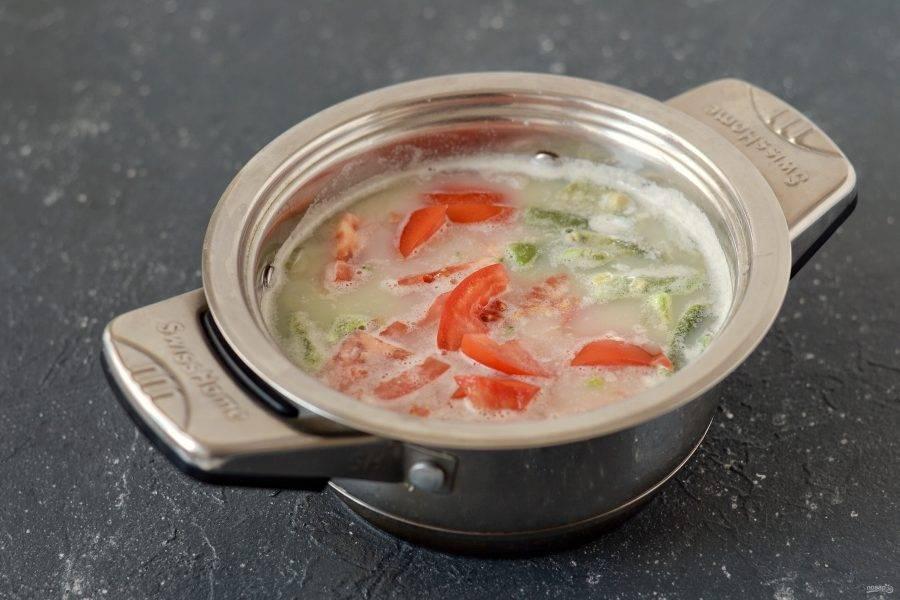 Помидоры нарежьте дольками, добавьте вместе с брокколи и стручковой фасолью. Варите суп до готовности примерно 10-15 минут на медленном огне. В конце варки налейте в кастрюлю горячее соевое молоко, добавьте соль и перец по вкусу.