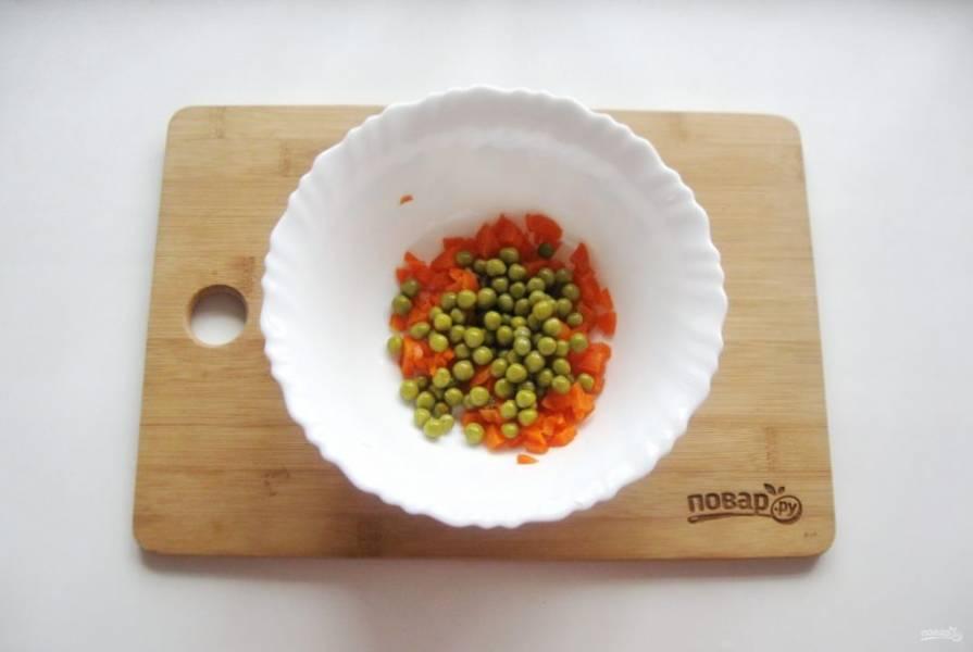 Добавьте консервированный зеленый горошек.
