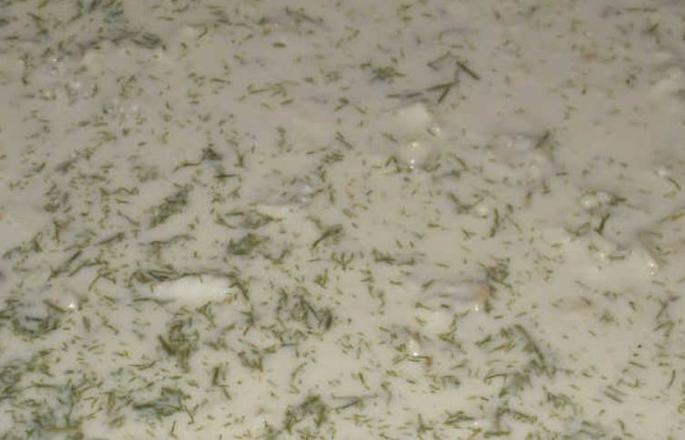 Добавьте в оставшееся желе рыбу и измельченную зелень. Перемешайте и переложите массу в форму, в которой будет подаваться желе. Поставьте форму в холодильник до полного застывания.