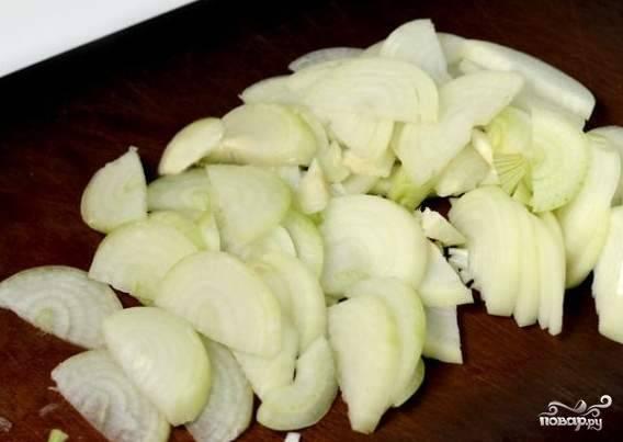 Чистим лук и нарезаем. Если луковицы некрупные - то полукольцами.