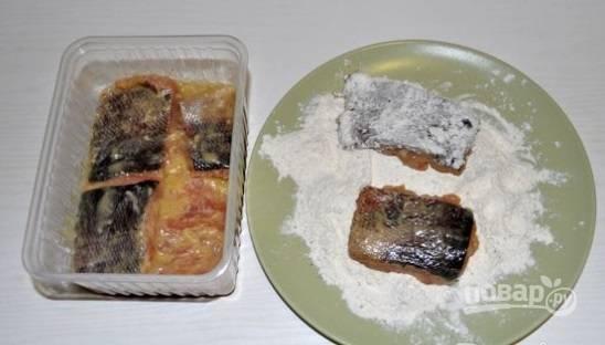 После этого муку или панировочные сухари смешайте с перцем и солью. Кусочки рыбы обмакните в панировке.