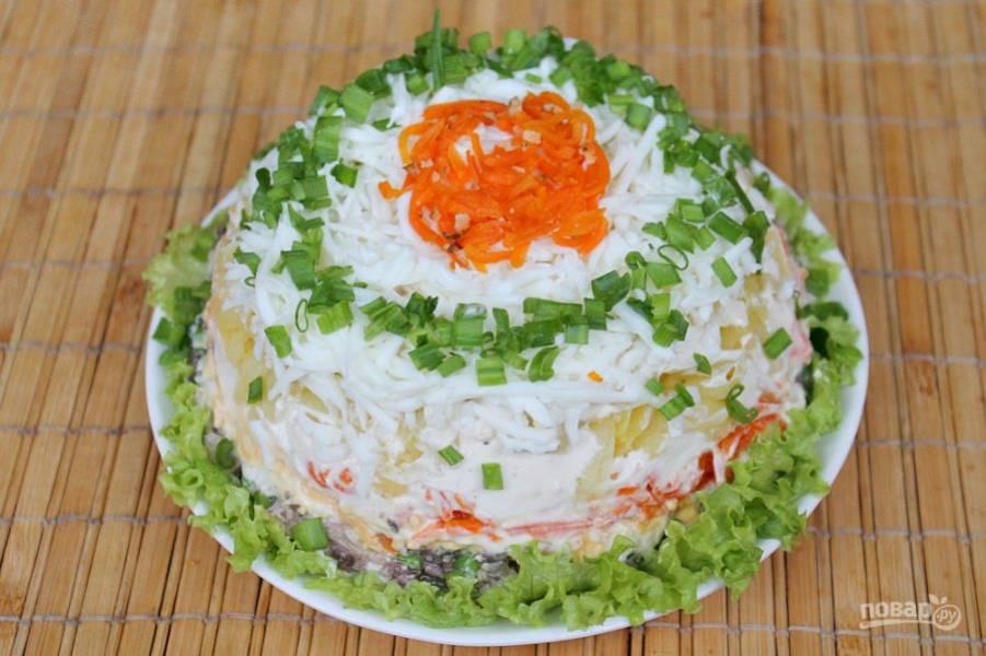 Готовый салат оформляем по своему вкусу. У меня немного зеленого лука и тертой моркови. Рыбный салат готов. Приятного аппетита!