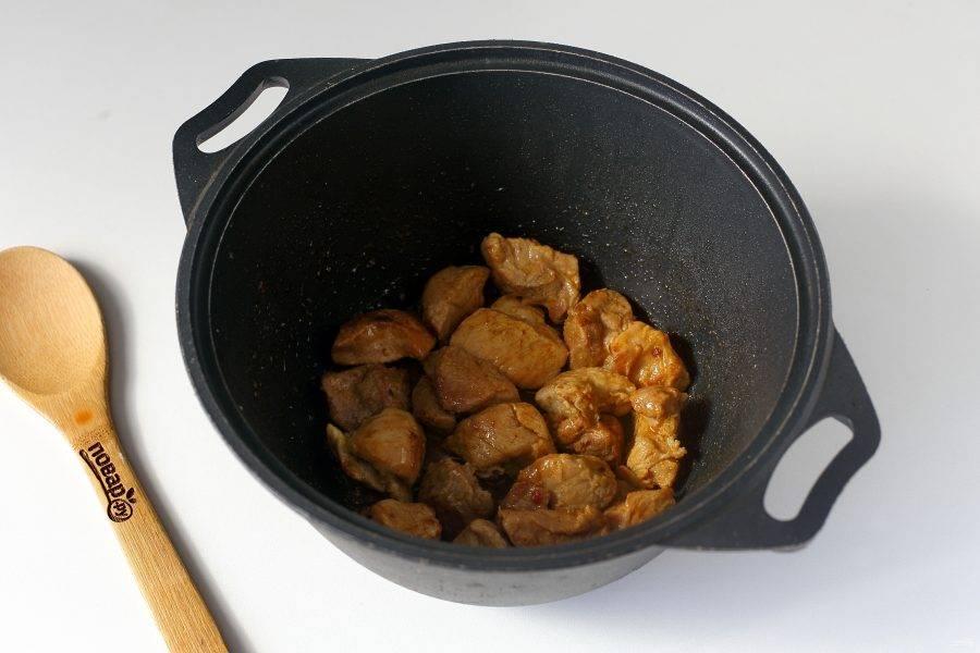 Обжарьте мясо на сильном огне с добавлением соли и специй до появления легкой румяной корочки.