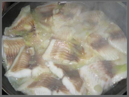 1. Сковороду разогреваем с растительным маслом. Выкладываем лук полукольцами и сверху укладываем кусочки филе. Специи - по вкусу. Тушим под крышкой, пока рыба не побелеет. Если лук пригорает, добавьте воды или бульона.