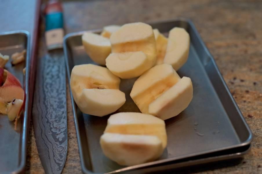 Яблоки очищаем, удаляем сердцевину и разрезаем пополам.