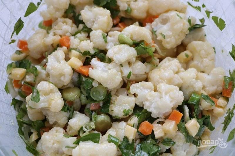 Для заправки смешайте уксус, масло, и горчицу. Добавьте соль и заправьте салат. Все готово!