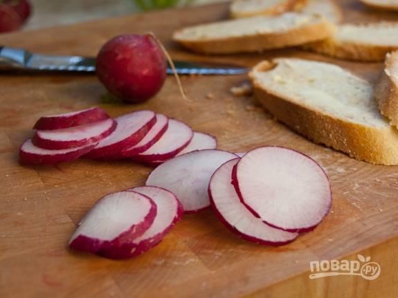 1. Нарежьте ломтиками багет, а редис - кружками. Лук мелко нашинкуйте.