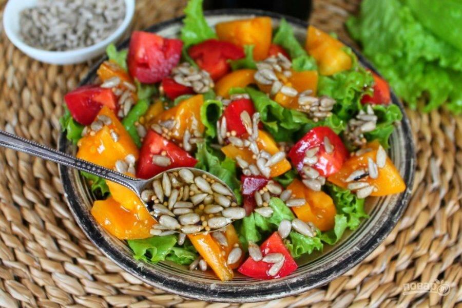 Салат с помидорами поливаем заправкой из масла, горчицы и семечек.