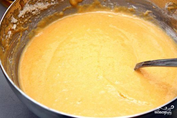 Добавляем к тыквенному пюре остальные ингредиенты - муку, яйцо, разрыхлитель, соль и сахар. Замешиваем из всего этого довольно густое однородное тесто.