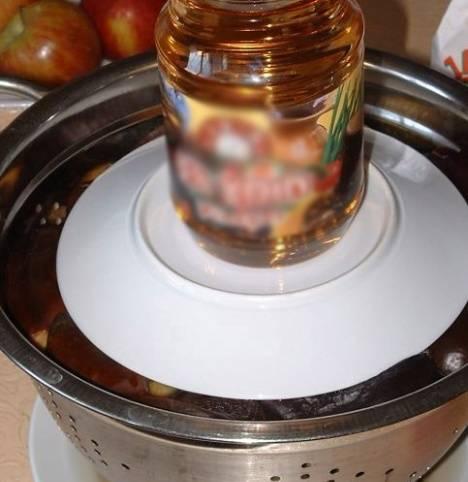 3. Теперь следует удалить всю лишнюю жидкость. Я обычно делаю это так: ставлю дуршлаг на большую тарелку, чтобы было куда стекать воде, а затем  ее придавливаю прессом (банкой 2-3л с водой).