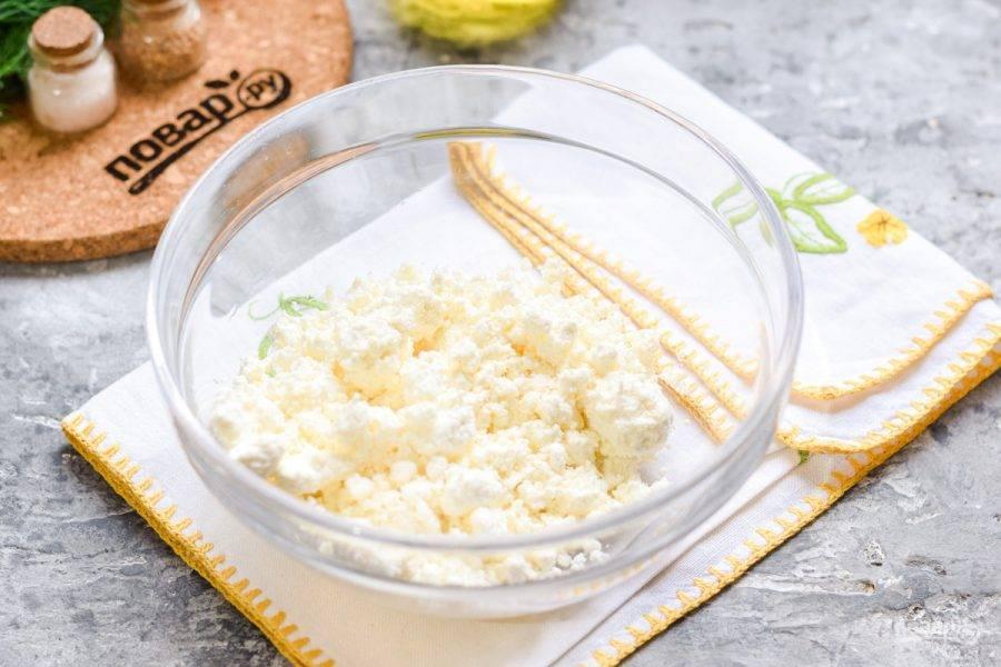 В миску переложите творог. Тесто готовится быстро, поэтому сразу прогрейте духовку, установите температуру 180 градусов.