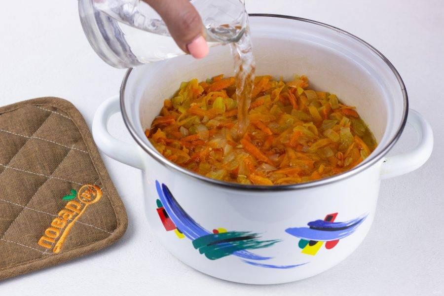 Выложите оставшиеся овощи, залейте кипятком и поставьте вариться на медленном огне 40-50 минут. При необходимости добавляйте понемногу воду. Помешивайте и смотрите, чтобы каша не подгорела. Затем дайте каше отдохнуть 10-15 минут и подавайте к столу!