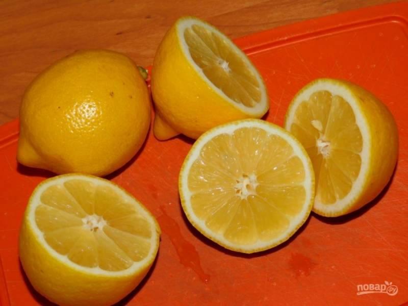 Выжмите сок лимонов.