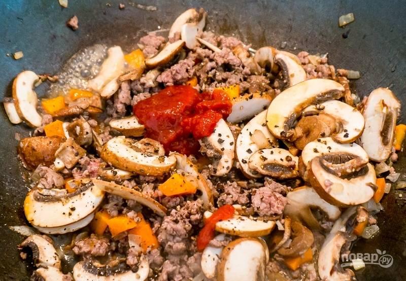 Добавьте чеснок, вустерский соус и томатную пасту. Обжарьте 30 минут.