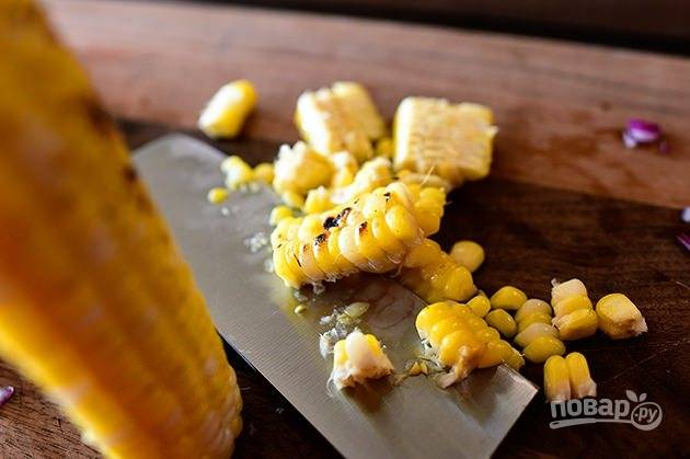 3. Кукурузу запеките или отварите. Отделите кукурузные зерна.